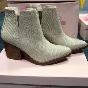 NWB Not Rated Tarim Snake Embossed booties